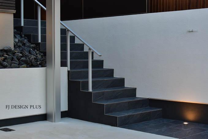 黒と白でデザインされたアプローチ階段