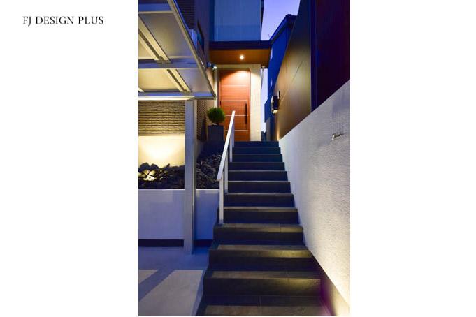 夜の階段アプローチ
