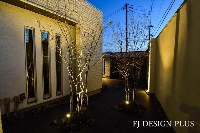 室内からの眺めを考えた樹木の位置は、夜の眺めも考慮