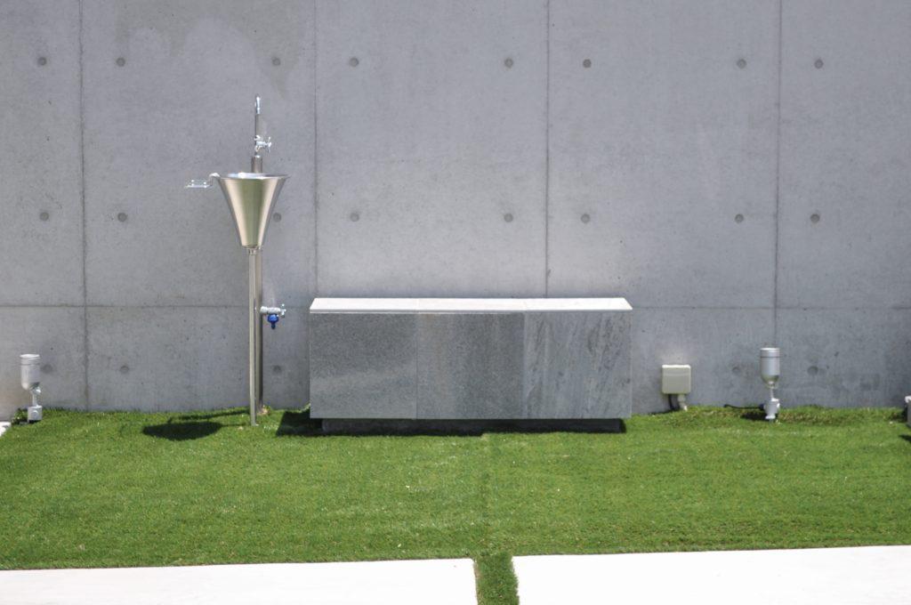 造作ベンチとRC打放しの壁