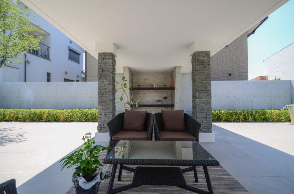 タイルテラスを贅沢に使ったあずまやのモダンな空間