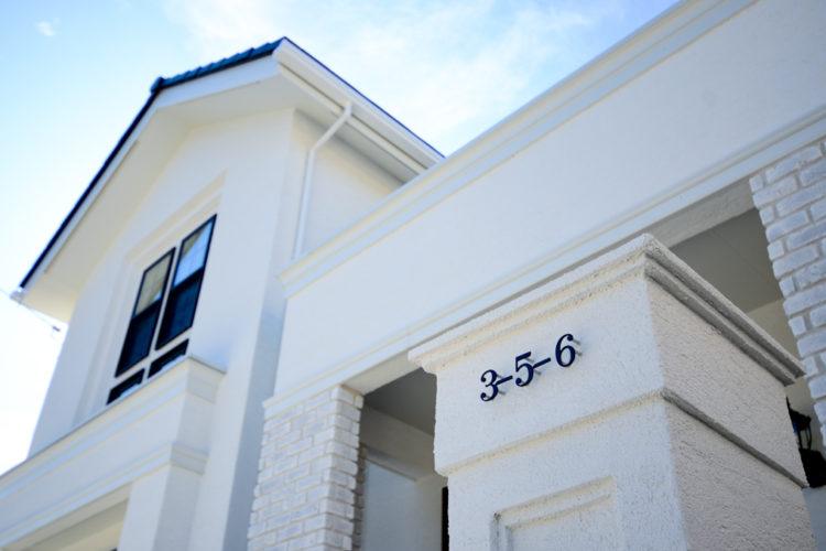 三井ホームのエクステリア、白いお家、プチホテル風の清楚な外観。アイアン調のおしゃれな表札。
