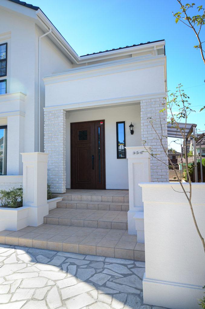 三井ホームの白いお家、プチホテル風の清楚な外観。品のあるオープンスタイルのエクステリア。
