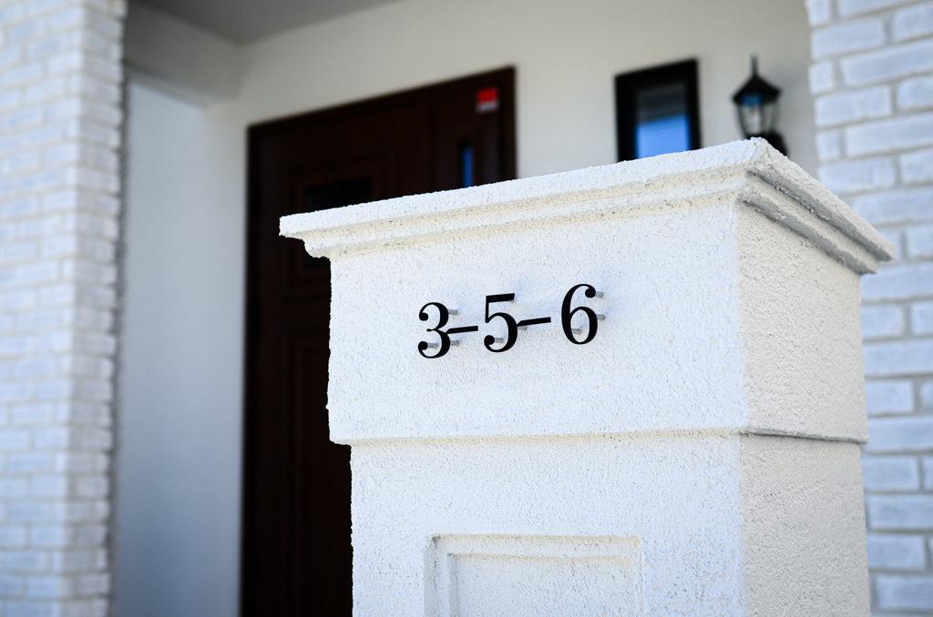 門柱とアイアン調のサインでプチホテル風の清楚な外観。品のあるオープンスタイルのエクステリア。