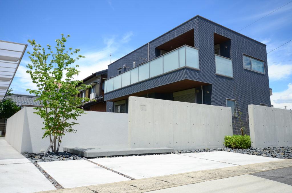 建物外観の重厚感とのバランスを考えたエクステリアデザイン設計